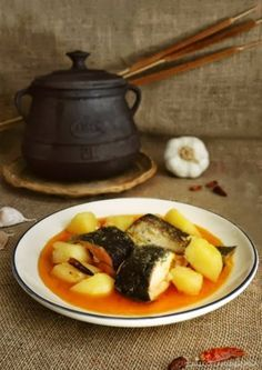 Un rico plato valenciano, típicamente hecho con anguila, pero con trucha... también queda delicioso con rape o raya. Un plato sencillo y delicioso