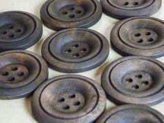Joli bouton en bois brun quatre trous 35mm : Boutons par grenier-des-creatrices