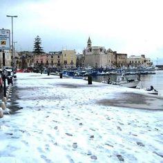 ⚫ laneve possiede questo segreto: ridare al cuore quell'alito di gioia infantile che gli anni gli hanno impietosamente strappato.  06-01-2017. #vp9 #photooftheday #photographer #trani #neve #porto #mare #gennaio2017