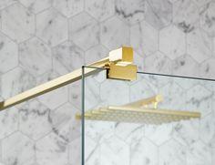 Med marmor och mässing ger du ditt badrum en trendig edge som är lika rätt i storstadens vindsvåning som i villan på landsorten.
