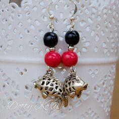 Boucles d'oreille en perles de fimo rouge et noire, et breloque carpe…