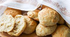 Yön yli -sämpylät kohotetaan kuivahiivalla jääkaapissa ja paistetaan aamulla. Taikina on helppo sekoittaa lusikalla eikä siihen tarvitse muotoillessakaan koskea käsin, sillä sämpylät nostellaan pellille rouheiksi kasoiksi. Koti, Food And Drink, Ice Cream, Bread, Cheese, Cookies, Baking, Desserts, Recipes