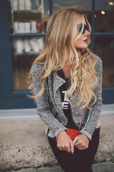 Grey jacket, long wavy hair and a bright bag to complete the outfit.