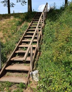 Stairs towards nature in Brielle Steep Hillside Landscaping, Steep Backyard, Lake Landscaping, Sloped Yard, Sloped Backyard, Cottage Stairs, Palette Garden, Landscape Stairs, Wooden Walkways