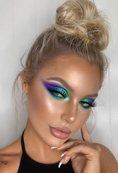 Easy Festival Makeup Ideas: From colourful festival eye makeup, purple eyeshadow look, green eyeshadow looks, festival eye makeup eyeshadows, simple festival makeup, festival makeup eyeshadow, summer festival makeup Coachella, all the way to festival makeup rave! If that's not your vibe, you'll also find Coachella makeup ideas, festival eye makeup ideas and eyeshadow looks colorful! #festivalmakeup #coachellamakeup #festivalmakeupideas #makeup #festivaleyemakeup #eyeshadow #colorful #purple