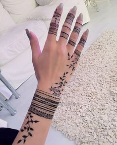Henna Tattoo Designs, Finger Tattoo Designs, Finger Tattoos, Wrist Tattoos, Body Tattoos, Sleeve Tattoos, Henna Ink, Henna Tattoo Hand, Henna Body Art