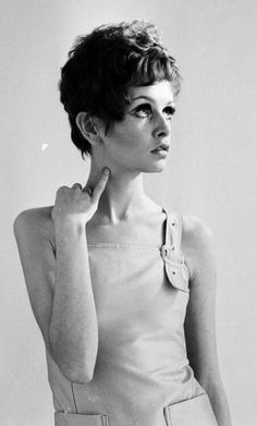 Twiggy in a wig Twiggy Model, Twiggy Style, Fast Fashion, Fashion Beauty, Androgynous Look, American Bandstand, Swinging London, Clown Faces, Sixties Fashion