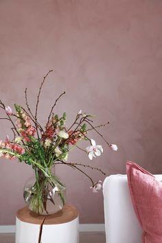 Vårlig vakkert med rosa stue. Til de store veggflatene er det smart å velge en nyanse som er litt dempet, som i denne stua, hvor det er malt med LADY 20054 Silky Pink. Dette er en av våre aller vakreste rosanyanser! Jotun Lady, Empty Room, Small Office, My Dream Home, Minerals, Master Bedroom, Interior Decorating, Sweet Home, Marrakech