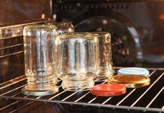 Gläser im Backofen sterilisieren Oven Canning, Canning Recipes, Sterilizing Canning Jars, Canning Equipment, Cleaning Oven Racks, Canning Process, Cold Meals, Mason Jar Wine Glass, Four