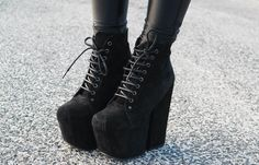 Ankle boots with laces / Heels.