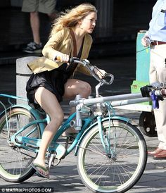 Kate Hudson can ride a bike as she well pleases… Bycicle Vintage, Bycicle Woman Bycicle Illustration, Bycicle Woman Bicycle Women, Bicycle Girl, Kate Hudson, Velo Retro, Cycling Girls, Cycle Chic, Bike Rider, Bike Style, Classic Bikes
