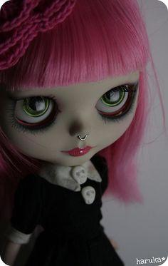 Custom by Haruka (●*∩_∩*●) Ooak Dolls, Blythe Dolls, Gothic Dolls, Creepy Dolls, Punk, Little Doll, Gothic Art, Custom Dolls, Ball Jointed Dolls
