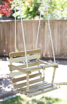 What adorable baby swing you can make yourself! This DIY tree swing is adorable and so much fun for little ones! Baby Play Yard, Diy Swing, Outdoor Baby Swing, Yard Swing, Diy Bebe, Baby Swings, Swinging Chair, Diy For Kids, Wood Crafts