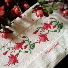 "475 Me gusta, 41 comentarios - Semra Yeksan (@semrayeksan) en Instagram: ""Günaydın...hayırlı cumalar... ~ Sizde isterseniz dm ~ #etamin #kanaviçe #elişi #elemeği #elyapımı…"" Small Cross Stitch, Just Cross Stitch, Cross Stitch Borders, Cross Stitch Flowers, Cross Stitch Designs, Cross Stitch Patterns, Embroidery Needles, Crewel Embroidery, Hand Embroidery Patterns"