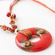 Somos una marca argentina que desde 2005 se dedica al diseño y fabricación de bijouterie y accesorios realizados en vidrio y cuero con venta internacional. Fused Glass Jewelry, Glass Pendants, Beaded Jewelry, Handmade Art, Handmade Gifts, Handmade Jewelry, Love Gifts, Washer Necklace, Glass Art