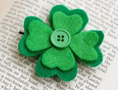DIY craft idea shamrock made of felt & button Sweet gift idea for the same . - DIY craft idea shamrock made of felt & button Sweet gift idea to make yourself: Make a luc - St Patrick's Day Crafts, Crafts To Make, Holiday Crafts, Crafts For Kids, Arts And Crafts, Diy Crafts, Holiday Ideas, Recycled Crafts, Summer Crafts