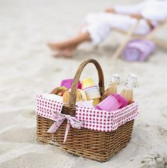 Picknick mand op het strand
