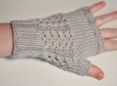 Wool mittens Source by Pelerinette Loom Knitting, Knitting Patterns, Knit Mittens, Fingerless Gloves, Arm Warmers, Needlework, Knit Crochet, Sewing, Blog