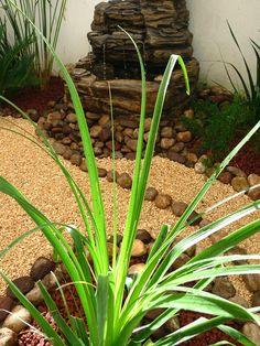 fuente de agua y lamparita en jardin pequeo