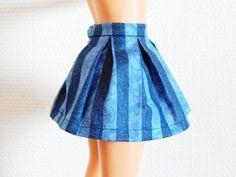 Voici un tuto pour faire très facilement une jupe à plis plats pour une poupée. Fournitures : – Du tissu – Du fil assorti – Un pression – Des ciseaux – Un mètre –… Barbie Dress, Barbie Clothes, Barbie Outfits, Habit Barbie, Tutu, Pli, Barbie And Ken, Voici, Skirts