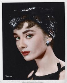 Portrait of the British actress Audrey Hepburn in the film Sabrina. USA, 1954 Get premium, high resolution news photos at Getty Images Audrey Hepburn Outfit, Audrey Hepburn Mode, Audrey Hepburn Photos, Aubrey Hepburn, Audrey Hepburn Tattoo, Timeless Beauty, Classic Beauty, Pure Beauty, Classic Hollywood