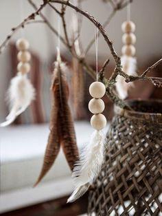 Creatief met een houten woonketting - My Simply Special noelchristmas Natural Christmas, Noel Christmas, Christmas Crafts, Christmas Decorations, Christmas Ornaments, Feather Crafts, Feather Art, Diy Xmas, Diy Ostern