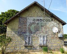 Des signes sur les murs: Cémoi & Cémoi.