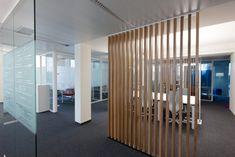 Cloison amovible innovante en aluminium pour vos bureaux - iTalik ® Bureau Design, Bureau Open Space, Space Dividers, Slat Wall, Fabricant, Wall Spaces, Restaurants, Landscape, Room