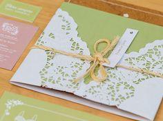 Convite casamento rústico Sara e Daniel impresso em madeira, fechamento com papel rendado, corda de sisal e tag com nome do convidado