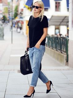 Jean boyfriend roulotté sur la cheville + tee-shirt loose carbone + escarpins noirs = le bon mix (blog Saralinneea)