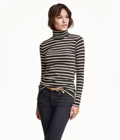 CONSCIOUS. Long-sleeved turtleneck top in soft, organic cotton jersey with ribbed cuffs.