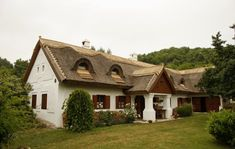 A vidék bája – Egy szigligeti parasztház felújítása | Az otthon szépsége Hungary Dream House Plans, My Dream Home, Thatched Roof, Traditional House, Cozy House, Homesteading, Interior And Exterior, Sweet Home, House Design