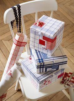 Boîtes en carton pour tissus de patchwork, recouvertes de torchons rayés et de chutes colorées