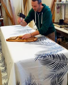 Block printing palm leaves on hand-woven linen. Behind the scenes at the Stamperia Bertozzi workshop. Browse the collection on our website.