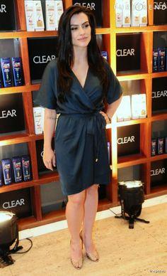 Cléo Pires usa vestido amarrado na cintura