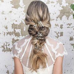 Tem um cabelo grande e prefere um penteado mais despojado? Essa trança com flores é a coisa mais linda que vi por aqui hoje. . . #noiva #bride #vestidodenoiva #dress #dresses #vintagewedding #diy #weddingdiy#doityourself #casamentodiy #noivadiy#bridediy #noiva2017 #ceub#casaréumbarato #voucasar#casamentodoano #noivafeliz #ido#instabride #picoftheday #bridesmaid#dreamwedding #bff #engaged #bridetobe #hair #bridehair #cabelodanoiva
