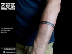 Tatuaje en el brazo con dos líneas paralelas