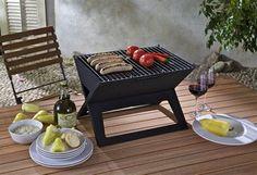 Notebook-Grill - klein und praktisch: Faltbarer Grill mit Holzkohle, so kann man auch auf dem kleinsten Balkon die Grillsaison auskosten.