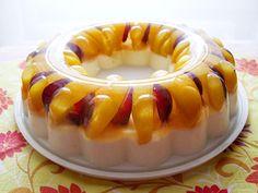 6 metades de pêssego em calda  12 bagos de uva red globe  1 gelatina de aroma a ananás (usei a gelatina light da...