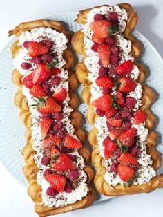 Wales rod with strawberries - delicious & light recipe Just Desserts, Delicious Desserts, Yummy Food, Cake Recipes, Dessert Recipes, Food Experiments, Danish Food, Food Humor, Cakes And More