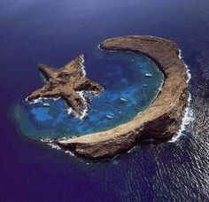 Island of Molokini - natural star and crescent - between Maui and Kahoolawe, Hawaii This is not a real picture! I was just at Molokini in Hawaii this past summer on my honeymoon. The half moon island exists but the star does not. Places Around The World, Oh The Places You'll Go, Places To Travel, Places To Visit, Travel Destinations, Beautiful World, Beautiful Places, Amazing Places, Beautiful Pictures