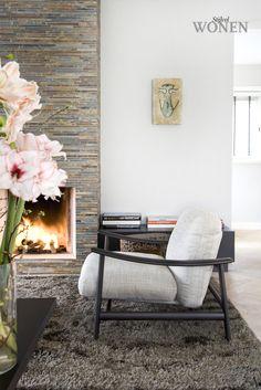 Stijlvol Wonen: het magazine voor warm-hedendaags wonen - ontwerp: Do's Interiors - fotografie: Dorien Ceulemans #blackwhite #haard #fauteuil