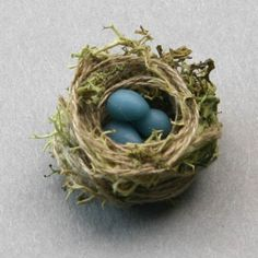 Easy Miniature Projects to Make: A miniature model birds nest in dolls house scale made from reindeer moss and thread. Diy Dollhouse, Dollhouse Miniatures, Miniature Crafts, Miniature Tutorials, Miniature Gardens, Tiny Bird, Miniture Things, Spring Crafts, Thing 1