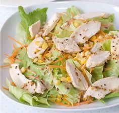 Seguro hoy necesitas desintoxicar tu cuerpo de tanta carne y grasas, además de mejorar tu digestión. Para lograrlo, la fibra es fundamental y es por eso que nuestra receta de hoy es liviana, pero muy rica. Además, esta receta es completa nutricionalmente ya que en ella encuentras proteínas (pollo), carbohidratos (choclo), grasas de buena calidad (palta) y fibra (lechuga y zanahoria). Ingredientes:  8-10 hojas Lechuga escarola, grandes 1 Zanahoria grande 1 Palta mediana 100 g Pechuga de…