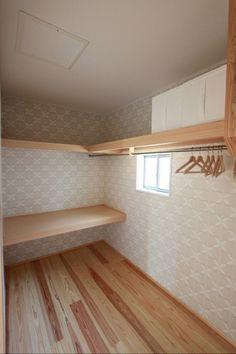 ウォークインクローゼットと主寝室は隣り合わせ。 プライベートな衣類や、季節の家電なども片付く、あると便利な収納部屋です。#収納部屋#ウォークインクローゼット#収納