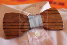 Papillon in legno ayous con disegno realizzato a mano e nodo di raso grigio