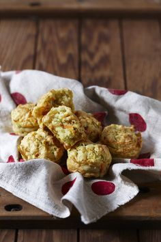 Cheesy vegetable muffins for kids lunch boxes (and maybe mine! Veggie Recipes, Lunch Recipes, Baby Food Recipes, Toddler Recipes, Toddler Food, Veggie Food, Vegetarian Kids, Vegetarian Recipes, Healthy Recipes