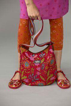 """Frühjahrsmode Basic 2013 - Die mohnfarbene Baumwolltasche ist mit einem typischen """"Gudrun-Muster"""" bedruckt. Die Tasche und Innentasche haben einen Reißverschluss, der Boden ist aus Leder und der Schulterriemen verstellbar."""