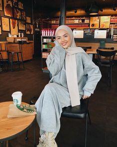 Oversized parka jackets and cardigan hijab looks - Muslim Fashion Modern Hijab Fashion, Street Hijab Fashion, Hijab Fashion Inspiration, Abaya Fashion, Muslim Fashion, Modest Fashion, Fashion Fashion, Fashion Trends, Hijab Casual