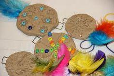 amulet knutselen - Google zoeken Indian Art, Cowboys, Wilde Westen, Christmas Ornaments, Holiday Decor, Play, Google, Tutorials, Indian Artwork